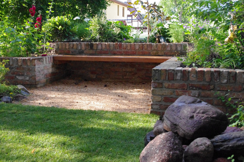 Mauer mit integriertem Sitzplatz aus alten Ziegelsteinen